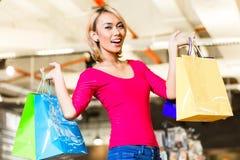 Азиатская мода покупок молодой женщины в магазине Стоковые Фото