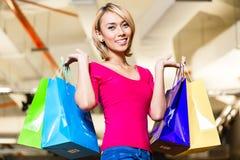 Азиатская мода покупок молодой женщины в магазине Стоковые Фотографии RF