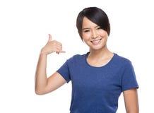 Азиатская молодая женщина вызывает меня жестом телефона Стоковые Фотографии RF