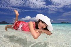 Азиатская молодая женщина наслаждается солнцем. стоковое фото