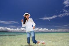 Азиатская молодая женщина наслаждается солнцем. стоковая фотография