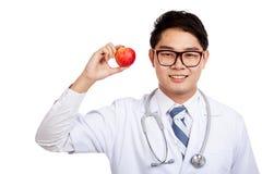 Азиатская мужская улыбка доктора с красным яблоком Стоковая Фотография RF