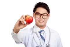 Азиатская мужская улыбка доктора с красным яблоком Стоковое Изображение RF