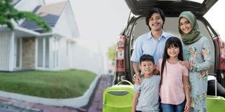 Азиатская мусульманская семья путешествуя концепция стоковые фото