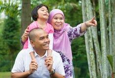 Азиатская мусульманская семья внешняя Стоковые Фото