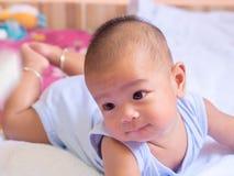 Азиатская младенческая ложь на животе Стоковые Фотографии RF