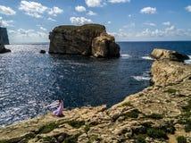 Азиатская невеста в платье свадьбы представляя на изрезанном побережье Gozo, Мальты стоковое фото rf