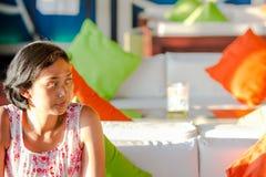 Азиатская незамужняя женщина сидя самостоятельно ждать в кафе стоковое изображение