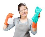 Азиатская домохозяйка держа бутылку и ветошь брызга Стоковые Изображения