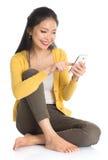 Азиатская отправка СМС женщины стоковое фото