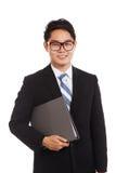 Азиатская папка владением улыбки бизнесмена Стоковые Фото