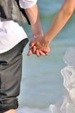 азиатская пара вручает детенышей Стоковые Фотографии RF