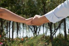 азиатская пара вручает удерживание Стоковое Фото