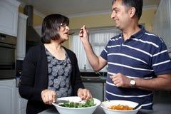 Азиатская пара в кухне Стоковое фото RF