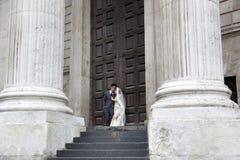 Азиатская пара представляет перед дверью в соборе ` s St Paul на th Стоковое Фото