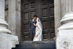 Азиатская пара представляет перед дверью в соборе ` s St Paul на th Стоковые Изображения