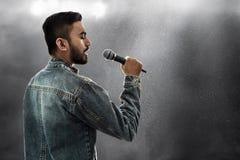 Азиатская певица поя с микрофоном стоковое фото rf