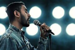 Азиатская певица поя с микрофоном стоковые фотографии rf