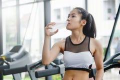 Азиатская питьевая вода женщины на здоровье Стоковая Фотография