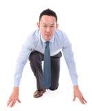 Азиатская позиция включить бизнесмена, который нужно побежать Стоковая Фотография