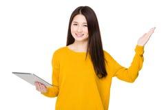 Азиатская польза женщины таблетки и открытой ладони руки Стоковые Фото