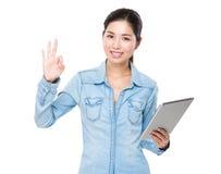 Азиатская польза женщины цифровой таблетки и одобренный знак показывать Стоковая Фотография RF