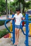 Азиатская разминка девушки на баре погружения Стоковые Изображения