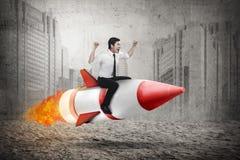 Азиатская ракета катания бизнесмена стоковые фотографии rf