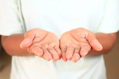 Азиатская рука девушки очень руки опытного человека 2 стоковые фотографии rf