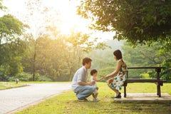 Азиатская семья внешняя стоковое изображение rf