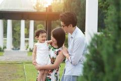 Азиатская семья внешняя стоковые изображения