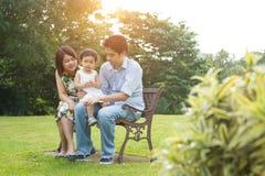 Азиатская семья внешняя стоковые фото
