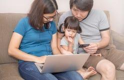 Азиатская семья держа планшет, ходя по магазинам онлайн концепцию Стоковая Фотография RF