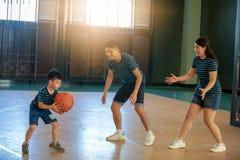 Азиатская семья играя баскетбол совместно Счастливая трата семьи Стоковое фото RF