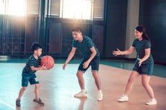 Азиатская семья играя баскетбол совместно Счастливая семья тратя свободное время совместно на празднике стоковые изображения