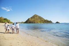 Азиатская семья имея праздник на пляже Стоковые Изображения RF