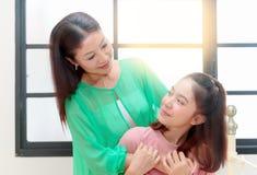 азиатская семья Мать обнимая ее предназначенную для подростков дочь Стоковое фото RF