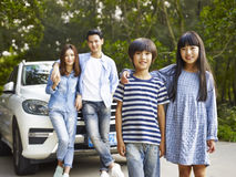 Азиатская семья на дороге Стоковое Фото