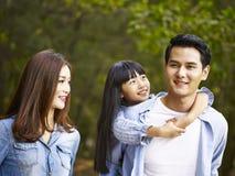 Азиатская семья на пешем отключении стоковое фото