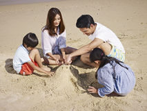 Азиатская семья на пляже Стоковое Фото