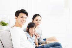 Азиатская семья на софе в живущей комнате Стоковые Фотографии RF