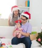 Азиатская семья празднуя рождество стоковое фото