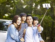 Азиатская семья принимая selfie во время отключения Стоковое Изображение RF
