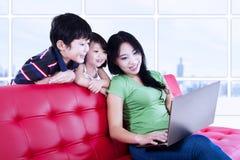 Азиатская семья просматривая интернет Стоковые Фотографии RF