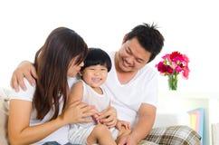 азиатская семья симпатичная Стоковые Изображения