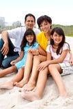 Азиатская семья смеясь над и играя на пляже Стоковые Изображения RF