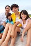 Азиатская семья смеясь над и играя на пляже Стоковая Фотография RF