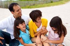 Азиатская семья смеясь над и играя на пляже Стоковые Изображения