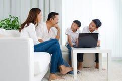 азиатская семья счастливая Стоковое Изображение