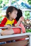 азиатская семья счастливая Мать и дочь ослабляя на шине зоопарка T Стоковые Фото
